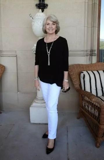 A clássica combinação blusa preta com calça branca. Nesse caso aqui o resultado ficou muito bom
