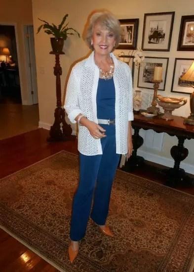 Calça e blusa azul escuro, com cinto e blusa mais comprida brancos