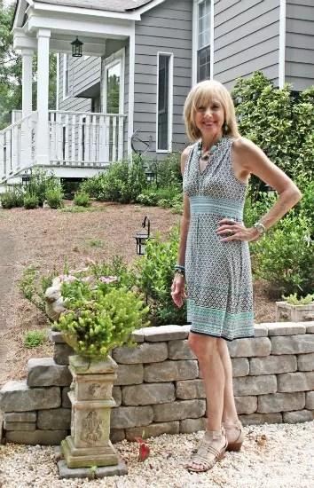 A blogueira usando  um vestido de modelo simples