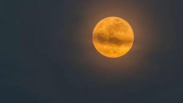 Quando a Lua está mais afastadas da Terra se diz que ela está no 'apogeu'. No ponto oposto, o perigeu, ela pode chegar até 50 mil quilômetros mais próxima da Terra que no apogeu