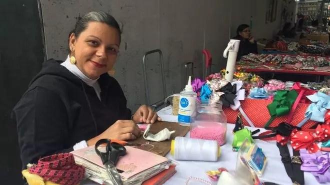 Acumulando o trabalho doméstico e o artesanato, Agnes Milan diz não entender porque terá que se aposentar da mesma forma que um homem