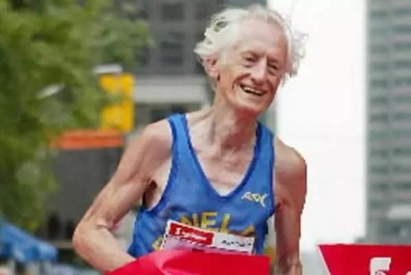Ed Whitlock se tornou o único homem com mais de 85 a correr uma prova de 42km em menos de quatro horas