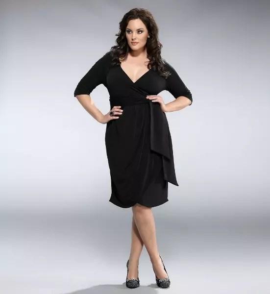 Vestido preto, simples, decote V e comprimento no joelho