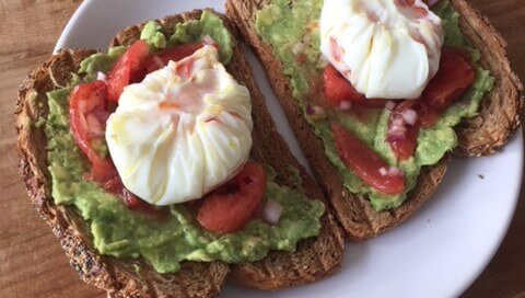 Geroosterde Boterham Met Gepocheerd Ei & Avocado