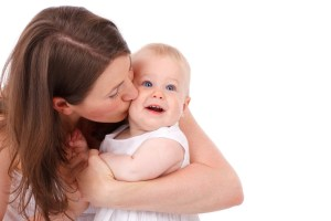 madre besando a niño