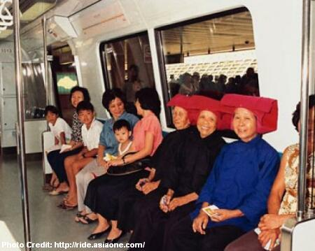 samsui-women-in-mrt-train-on-opening-day-1987