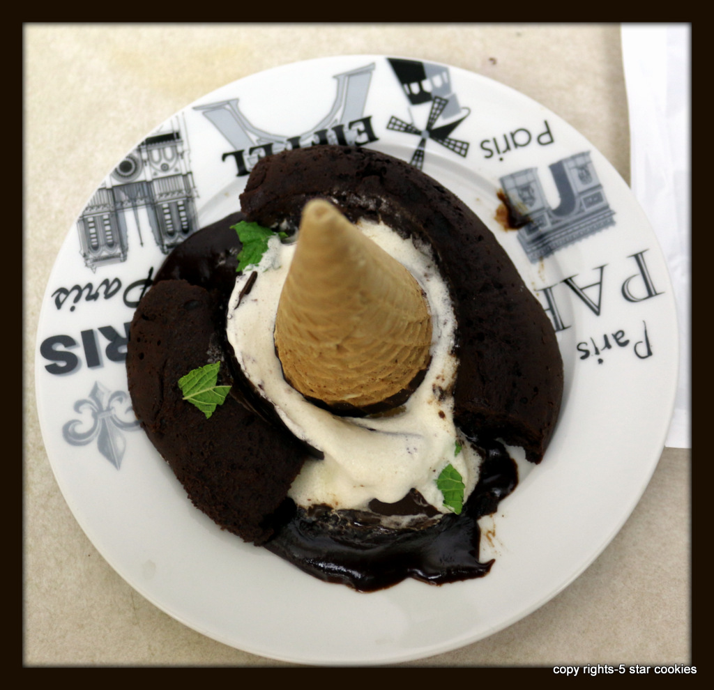 Intense Mint chocolate lava cake from the best food blog 5starcookies-Decoration with vanilla ice cream