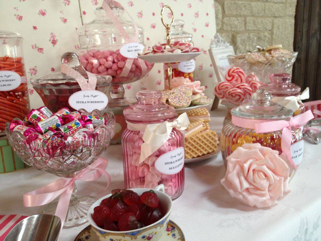 You can not go wrong with a sugary sweet table - so cute! Photo: Sweet & Pretty