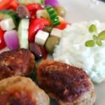 Græske frikadeller med græsk salat og tzatziki