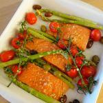 Laks i fad med asparges og tomater