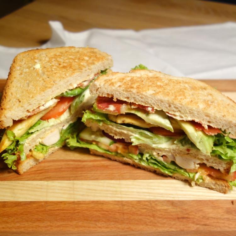 Clubsandwich med kylling, bacon, avocado, spejlæg og en lækker karrydressing