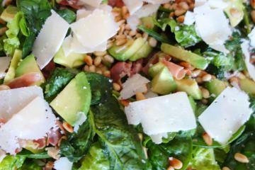 Avocado salat med parmesan og parmaskinke