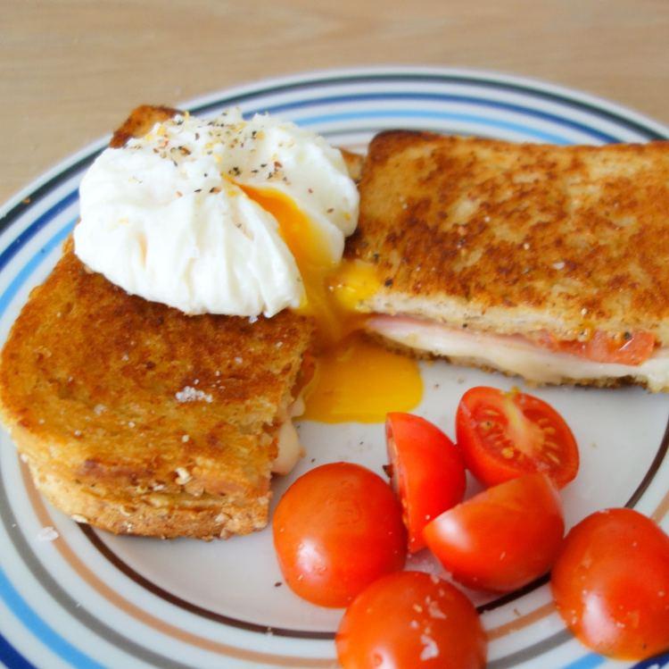 croque madame & croque monsieur med pocherede æg og friske tomater