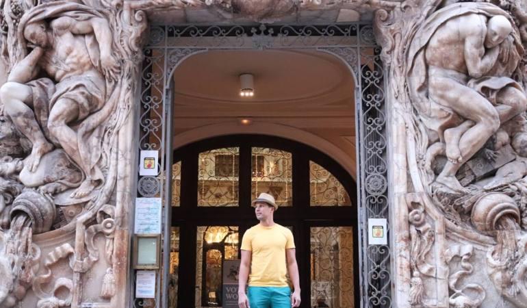 A entrada opulenta do Museu de Cerâmica.