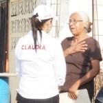 Con la mano en el corazón colonos reciben a Claudia Hernández
