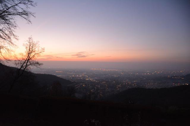 Das erste Licht des Tages über Bergamo