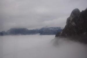 Zwischen zwei Wolkenschichten - Aufnahme aus der Seilbahn zur Piani d'Erna