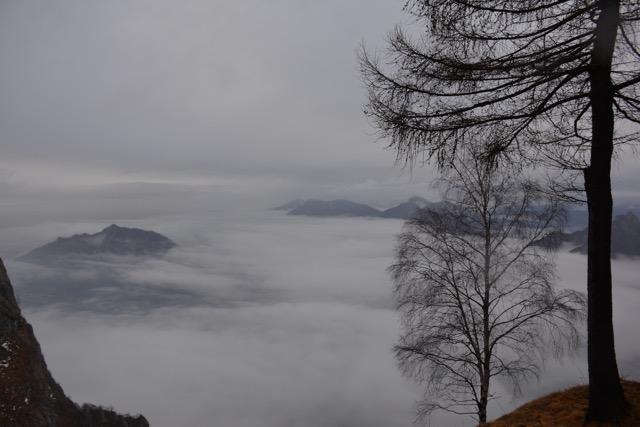 Ein Meer aus Wolken wogt über dem Comer See