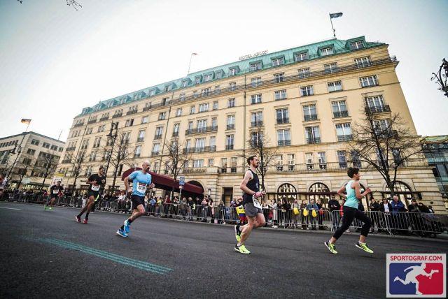 Vor dem Adlon-Hotel - Berliner Halbmarathon 2019