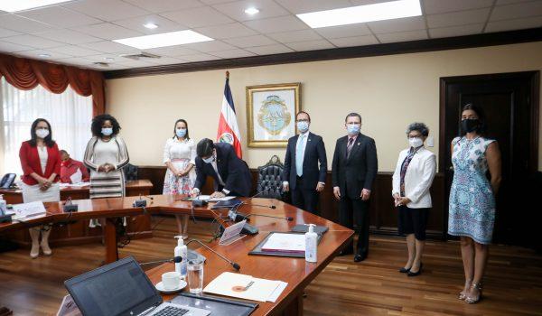 Presidente firma Política Nacional de Cuidados para atención de personas con dependencia