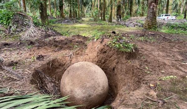 Arqueólogos identifican esfera precolombina en su lugar original en Palmar Sur