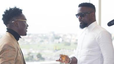 """Photo of Kweku Smoke features Sarkodie again on a song titled – """"Apakye"""""""