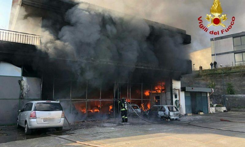 ZAFFERANA: A fuoco deposito di pullman – Le foto