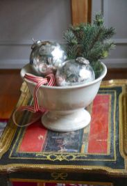 Stunning White Vintage Christmas Decoration Ideas 37