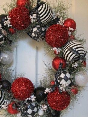 Colorful Christmas Wreaths Decoration Ideas For Your Front Door 06