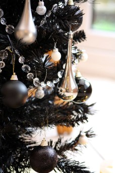 Elegant Black And Gold Christmas Decoration Ideas08