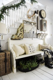 Adorable Farmhouse Entryway Decorating Ideas 22