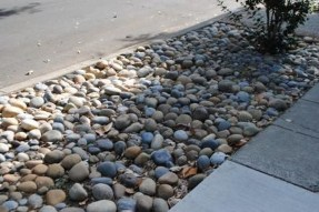 Relaxing Front Sidewalk Landscaping Ideas31