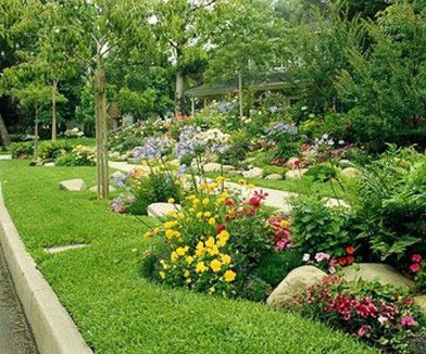 Relaxing Front Sidewalk Landscaping Ideas40