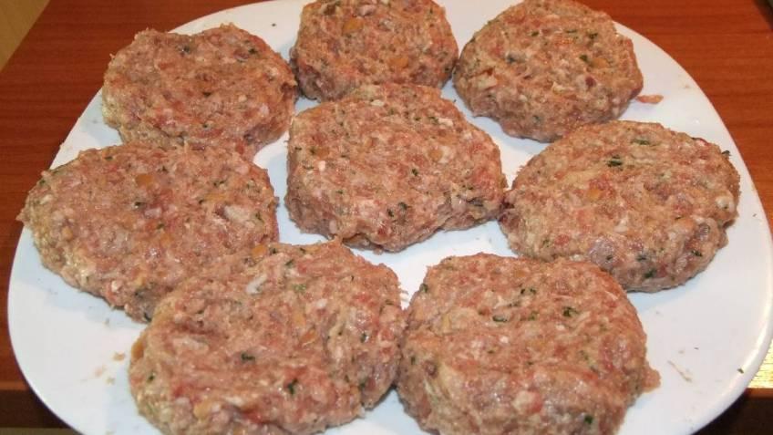 Odresci od mljevenog mesa (faširani šnicli) tek formirani