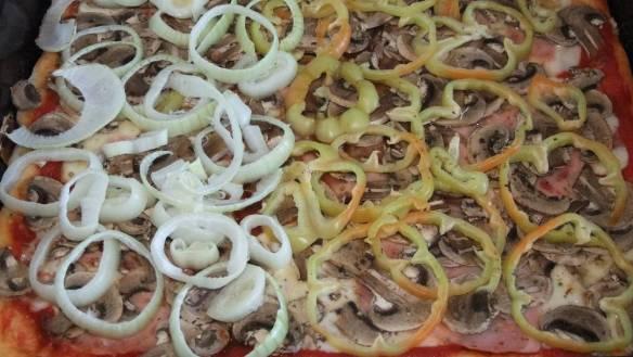 Pizza sa sirom, šunkom, šampinjonima i paprikom