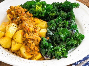 Flower-Sprouts-mit-Ofenkartoffeln-und-Sauce-mit-getrockneten-Tomaten-Flower-Sprouts-with-baked-potatoes-and-sauce-with-dried-tomatoes-RaxBook