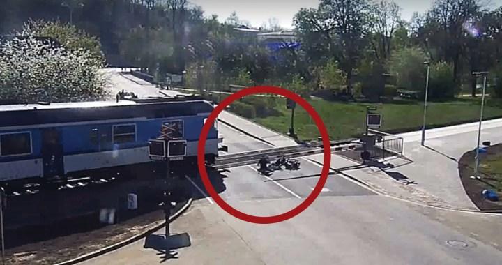 Příběh jak z hororu, zaznamenaný na kameru: Jak muž zachránil život důchodci na motorce, kterého srazily závory na koleje… A takhle se pak objali