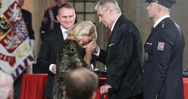 Tajemství této fotografie: Kdo je plačící žena, držící za ruku prezidenta Zemana poté, co jejímu zesnulému muži udělil státní vyznamenání? Vyznamenaný: Helmut Zilk, bývalý starosta Vídně