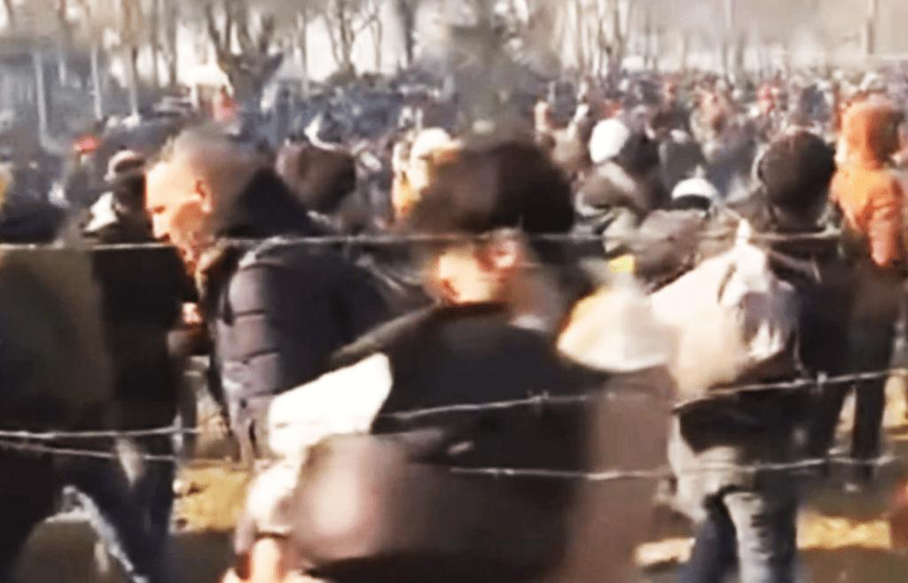 Právě teď: Čtyřicet tisíc migrantů se dere do Evropy. Většinou mladí muži. Turecko otevřelo hranice. Střety s armádou, slzný plyn a těžká technika. Evropská unie je nečinná, média mlčí