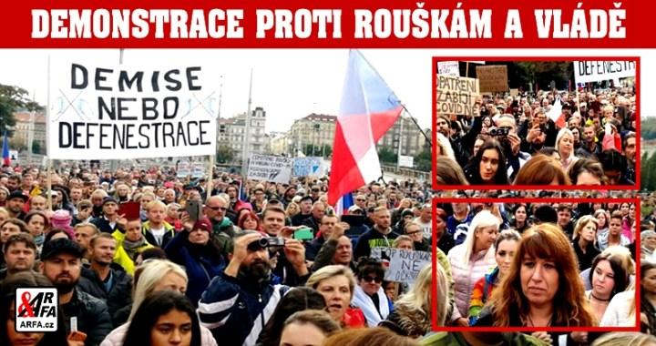 """Praha: Tisíce lidí na demonstraci proti rouškám a totalitním opatřením vlády kvůli údajné pandemii. Galerie transparentů. """"Řekni rouškám jasné ne!"""", """"Dost bylo tyranie rudých svetrů!"""", """"Prymula ministr strachu!"""" Stovky naštvaných matek"""