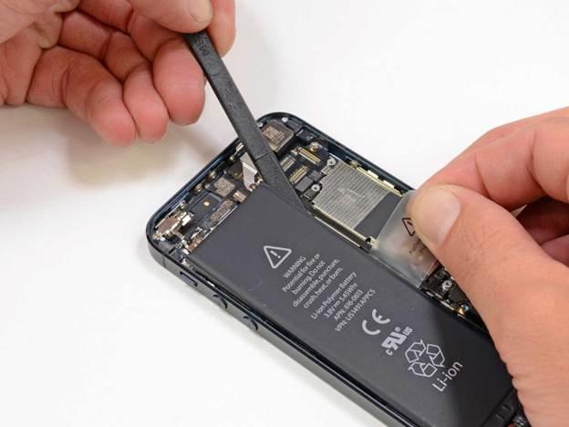 отсоединяем соединитель iphone 5 пластиковым инструментом