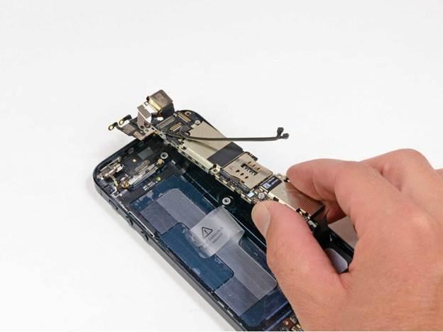 вынимаем материнскую плату iphone 5