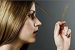 • قم بصبغ تجعيد الشعر فقط باستخدام طلاء عالي الجودة (الأفضل من ذلك كله ، بدون الأمونيا أو المنتجات الاحترافية أو الصبغات العشبية بمساعدة خبير متمرس). لا تقم بهذا الإجراء كثيرًا ، استخدم الشامبو الملون ، الماسكارا المقنعة ، خافي العيوب ، إلخ.