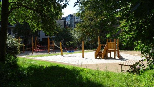 Der erneuerte Spielplatz an der Melchiorstraße steht vor der Wiedereröffnung am Do 7. Sept 2017