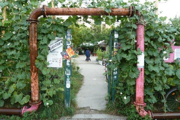 Seiteneingang zum Prinzessinnengarten am Moritzplatz