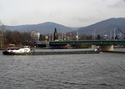 500 Neckarfrachter an der Ernst Walz Bruecke in Heidelberg