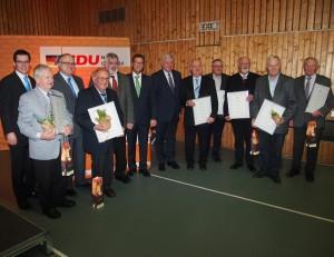 Außerdem wurden acht langjährige Ortsverbandsvorsitzende aus dem ganzen Neckar-Odenwald-Kreis gewürdigt. Unser Bild zeigt die Geehrten mit Ministerpräsident Volker Bouffier (6.v.re), MdL Peter Hauk (6.v.li.), Kreisvorsitzender Ehrenfried Scheuermann (3.v.li.) und Kreisgeschäftsführer Jan Inhoff (li.). (Foto: NOKZEIT)