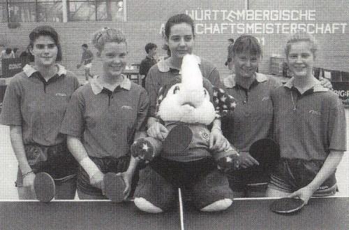 Die Mädchenmannschaft 1990/91 mit ihrem Maskottchen - einer der immer viel Geduld hatte!