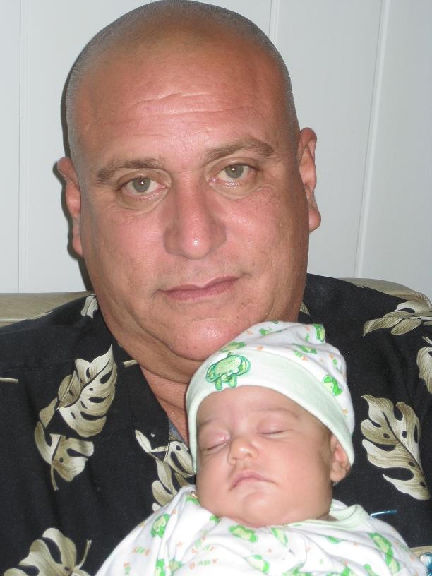 Ramón Enrique Álvarez Sánchez y su nieta recién nacida