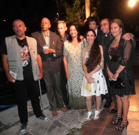 Yoani junto a un grupo de amigos. Ceremonia de premiación del 7 de enero de 2011